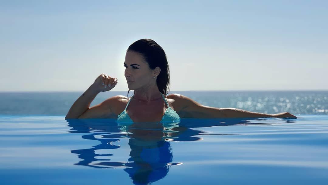 Ten widok zapiera dech w piersiach! Popularna wokalistka disco polo skąpana w słońcu odsłania swoje ciało!