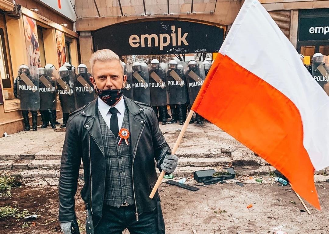 Gwiazdor disco polo oburzony atakami! Wziął udział w marszu Niepodległości!