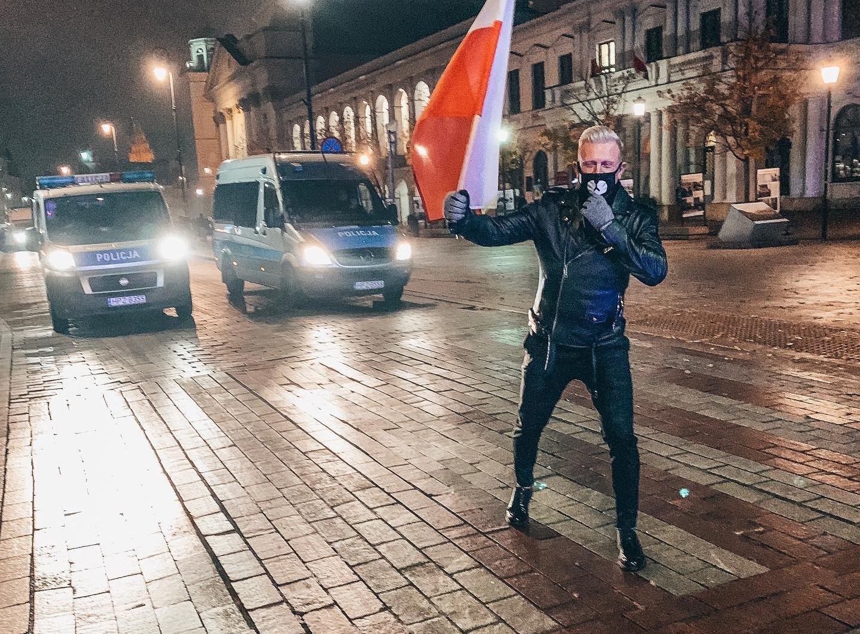Gwiazdor disco polo rozczarowany zachowaniem kolegów?! Wyszedł na ulicę strajkować!